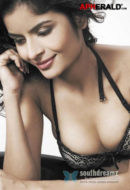 Deep cleavage of Gehana Vasisth in bikini