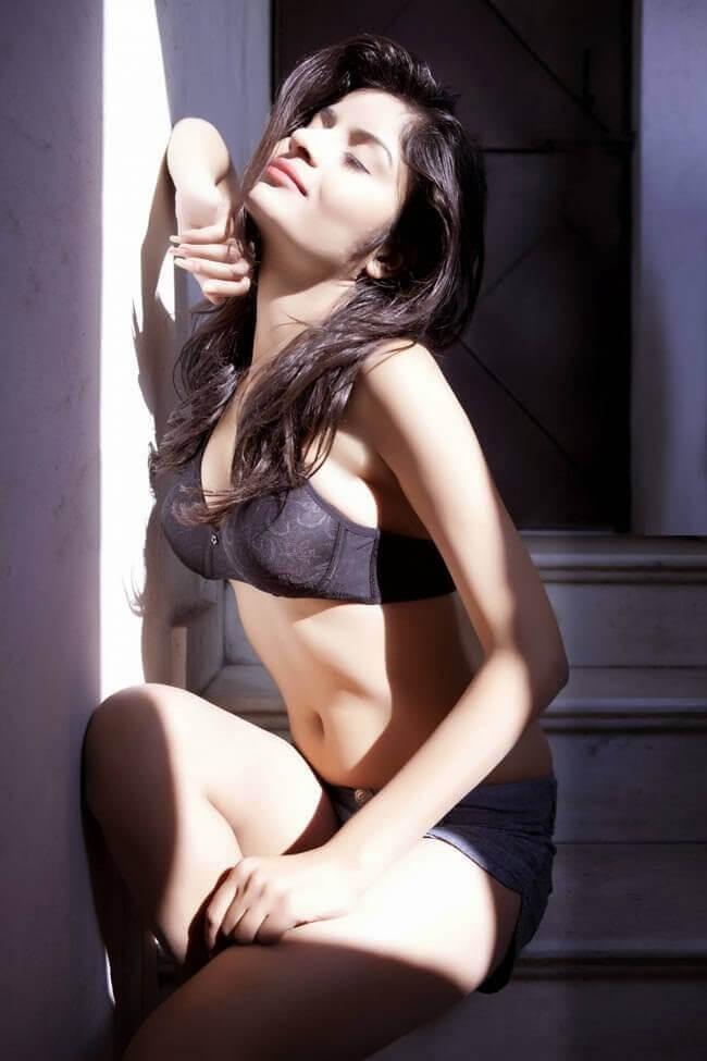 Sexy Gehana Vasisth flaunt her body in bikini