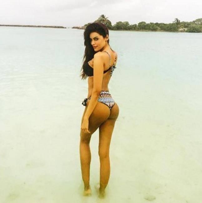 big-curvy-ass-model-gizele-thakral-bikini-pictures