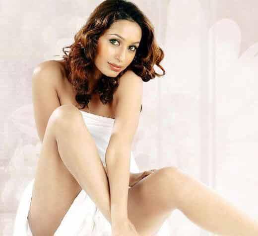 bold kashmira shah hot thighs and legs in short dress