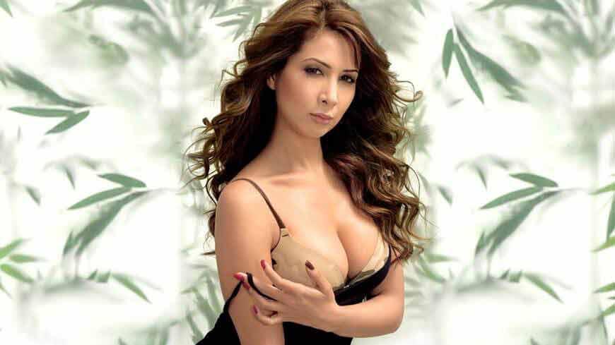 Kim-Sharma-Hot-and-Sexy-Photos-in-bikini
