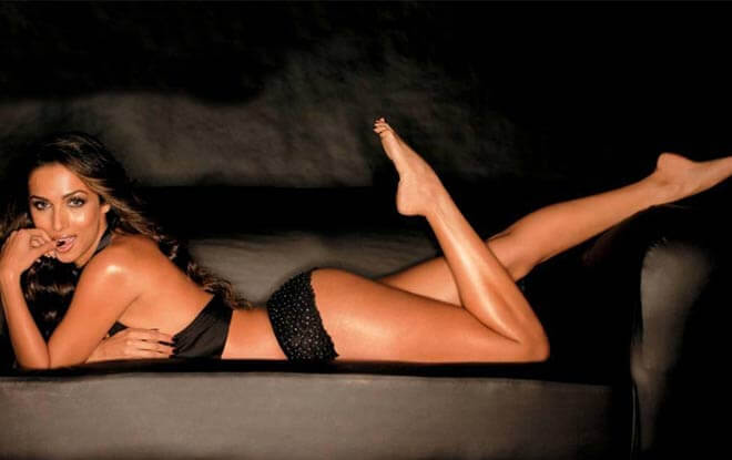 Malaika-Arora-Black-Bikini-Image-showing-her-hot-ass