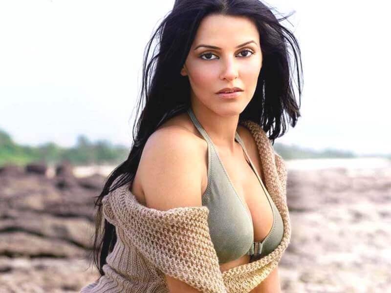 Neha-Dhupia-Sexy-Cleavage-and-sideboobs-show-in-bikini-images