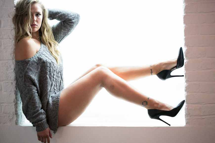 Ronda-Rousey-hot-wallpapers-showing-her-legs-and-feet