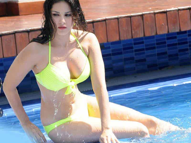 adult star sunny leone boobs bra pics in swimming pool