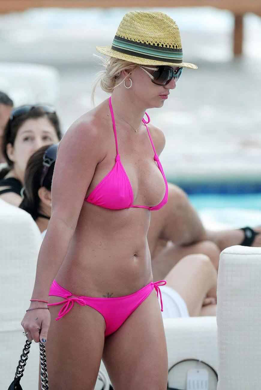 hot singer britney spears show off her hot body in bikini