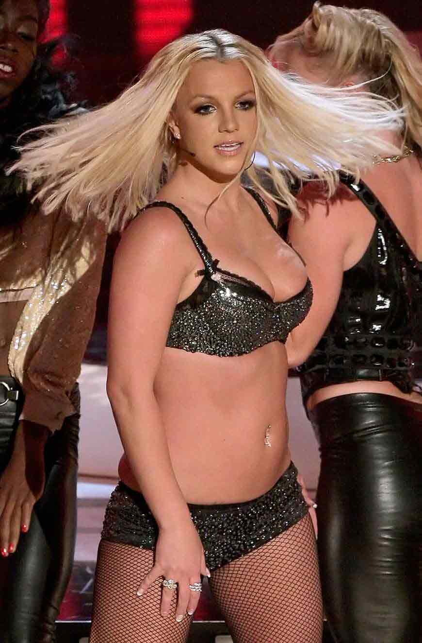 Britney_Spears-sexy-bikini-costume-in-live-concert