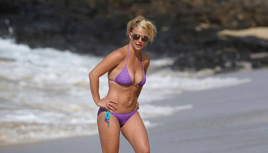 britney-spears-in-bikini-swimsuit-display-her-boobs-at-a-beach-in-hawaii