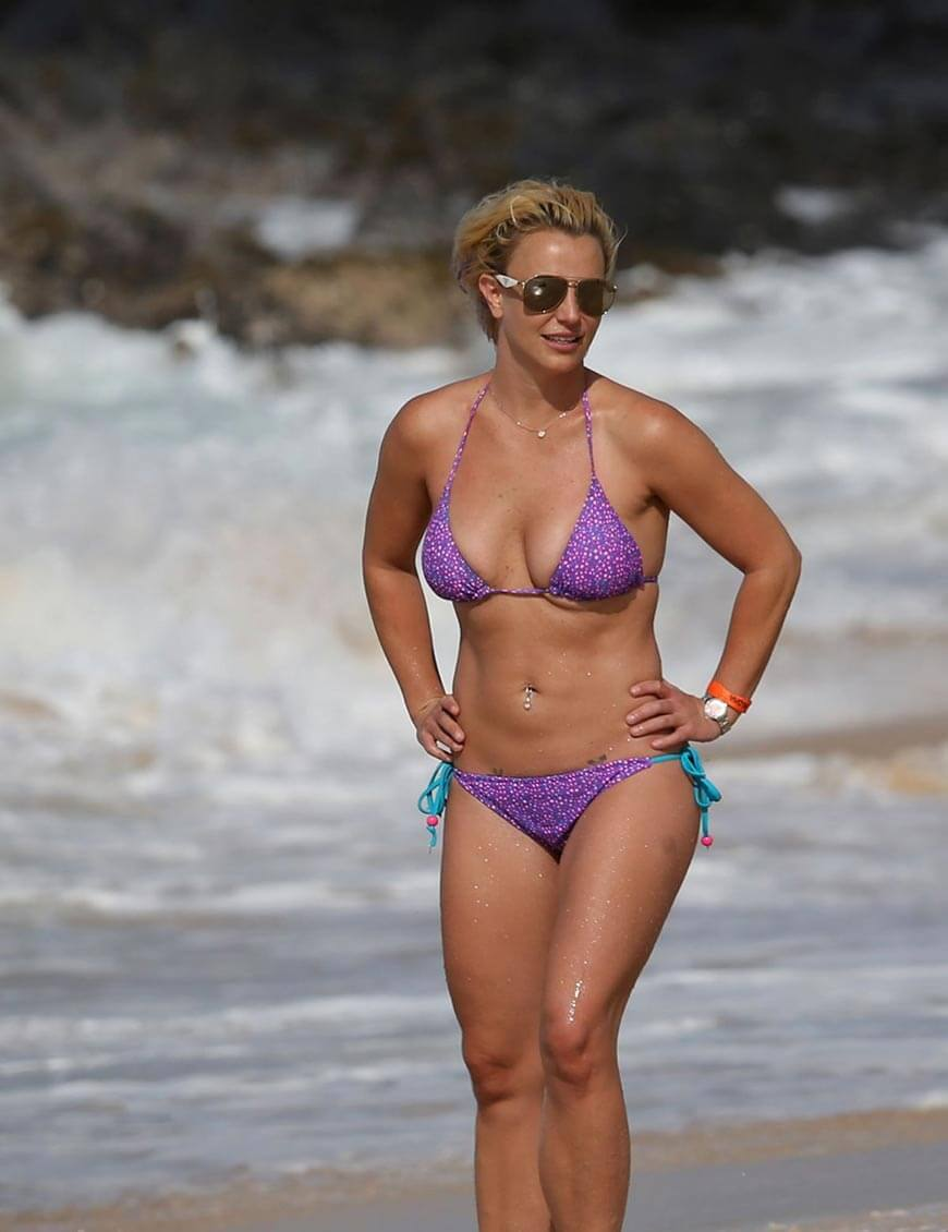 britney-spears-in-bikini-swimsuit-at-a-beach-in-hawaii