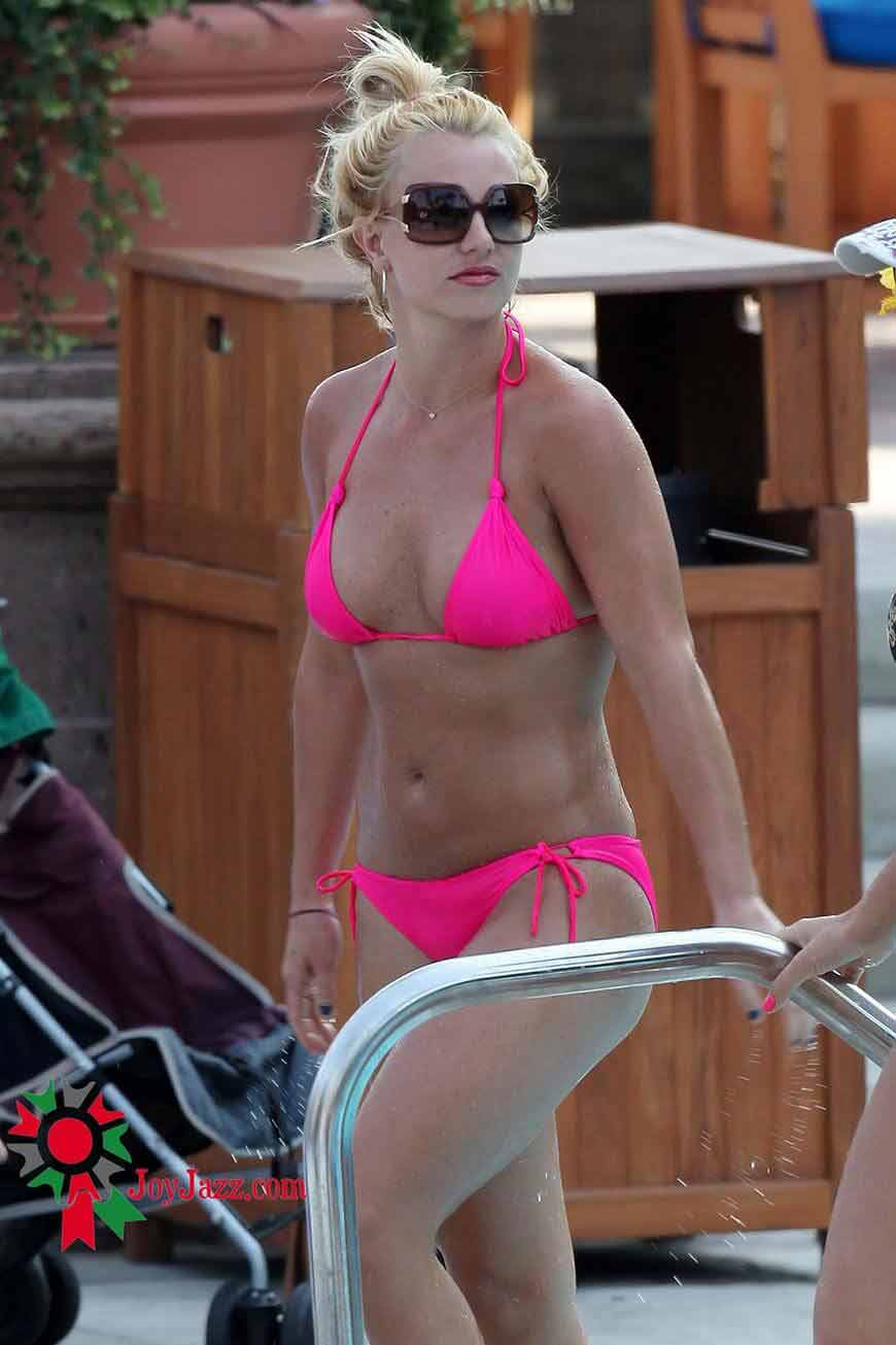britney-spears-raises-the-temperature-in-pink-bikini-pics-stills