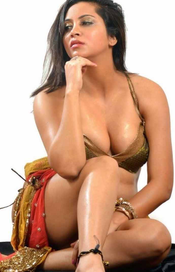 gorgeous-arshi-khan-sexy-cleavage-show-photos