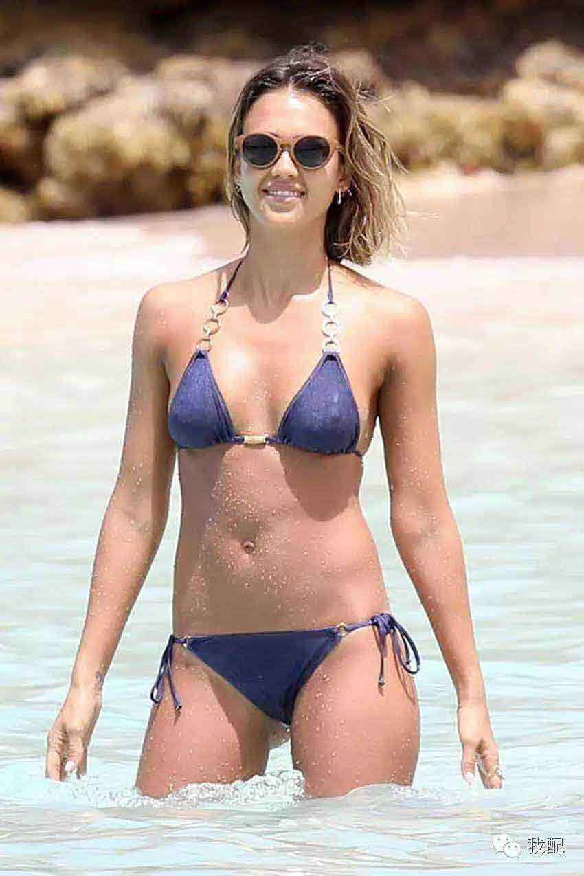 sexy-bikini-photos-images-of-jessica-alba-in-blue-color-her-nipple-are-visible-looking-damn-hot