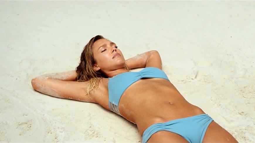 gorgeous-Jessica_Alba-lying-on-beach-in-blue-bikini-pictures-images