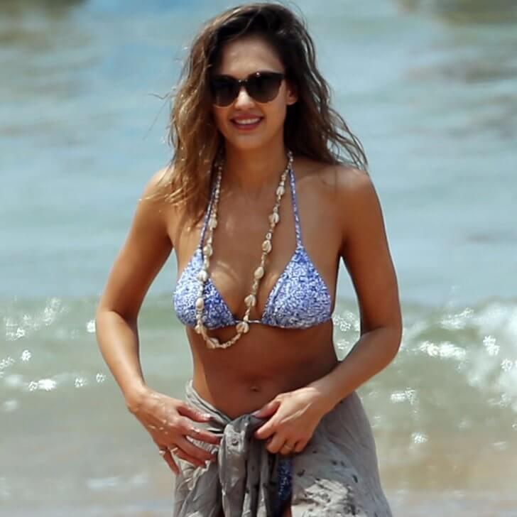 Jessica-Alba-Beach-Workout-bikini-pictures-sexy-plumply-boobs-images
