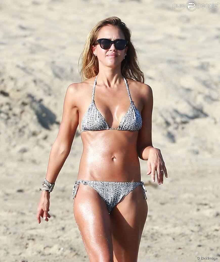hot-jessica-alba-sexy-photos-on-beach-in-swimwear-sexy-cleavage-show