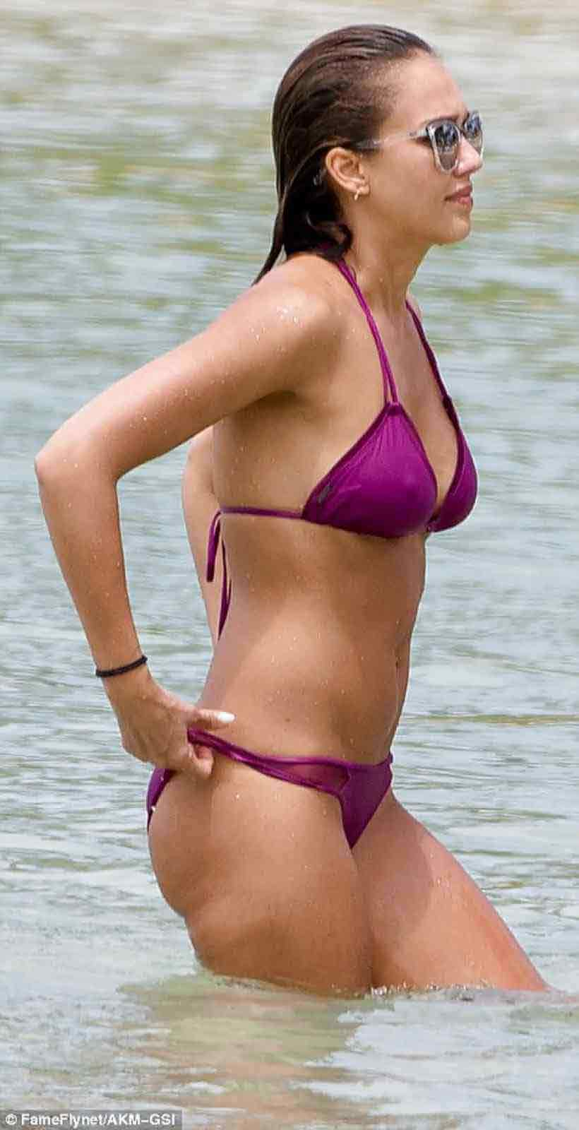 jessica-alba-wet-pokies-charming-sexy-photo-in-swimsuit-baithing-suit-pictures-of-jessica-alba