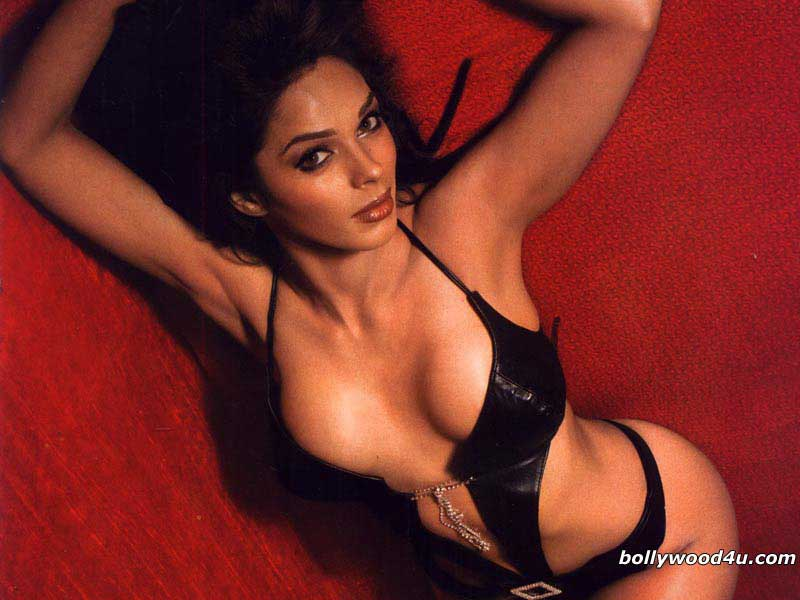 mallika-sherawat-deep-cleavage-pictures-in-black-bikini