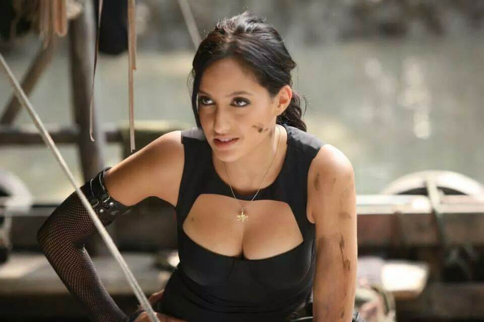 cleavage-pictures-of-nore-fatehi-popping-out-in-black-top