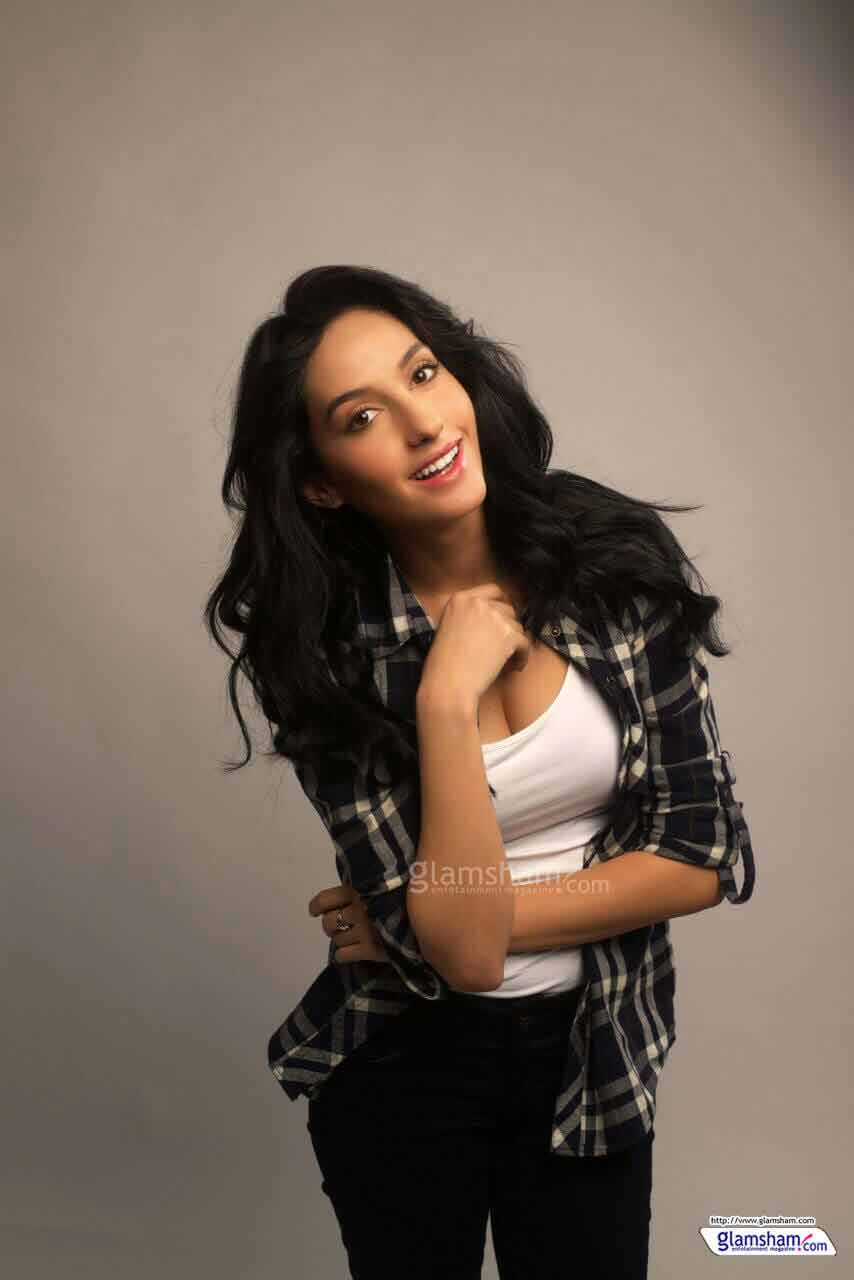 sexy-smiling-nora-fatehi-photos-showing-her-hot-cleavage