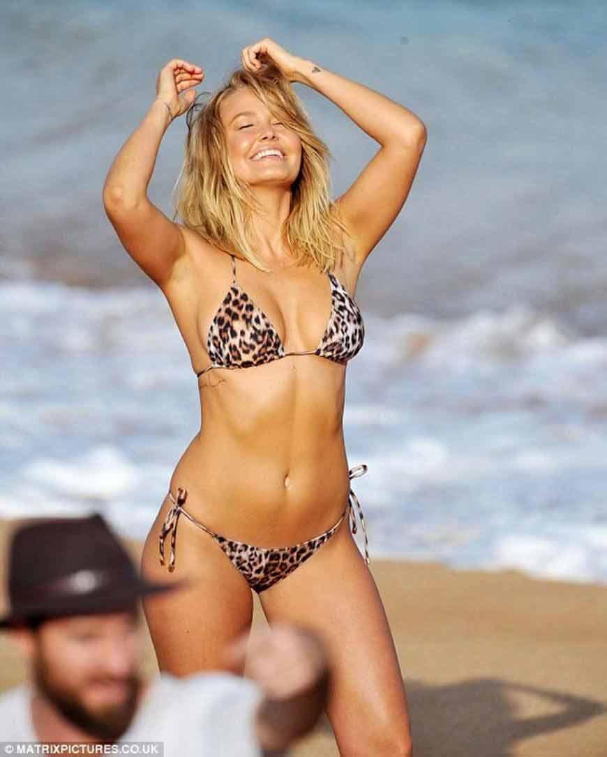 Lara-Bingle-flaunting-her-sexy-bikini-body-in-photoshoot