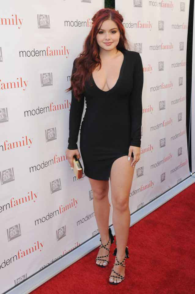 sexy-black-dress-ariel-winter-looking-beautiful-show-sexy-boobs