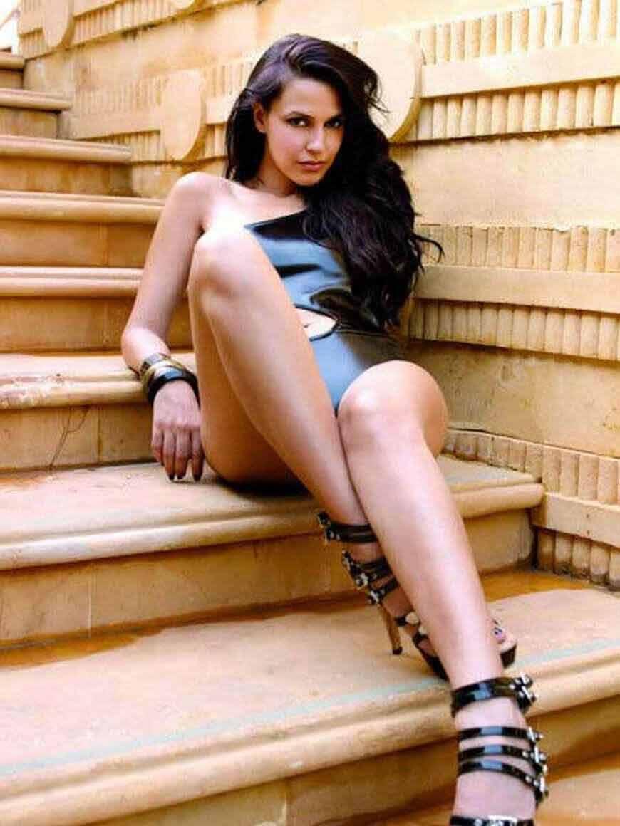 neha-dhupia-sexy-legs-pictures-in-bikini
