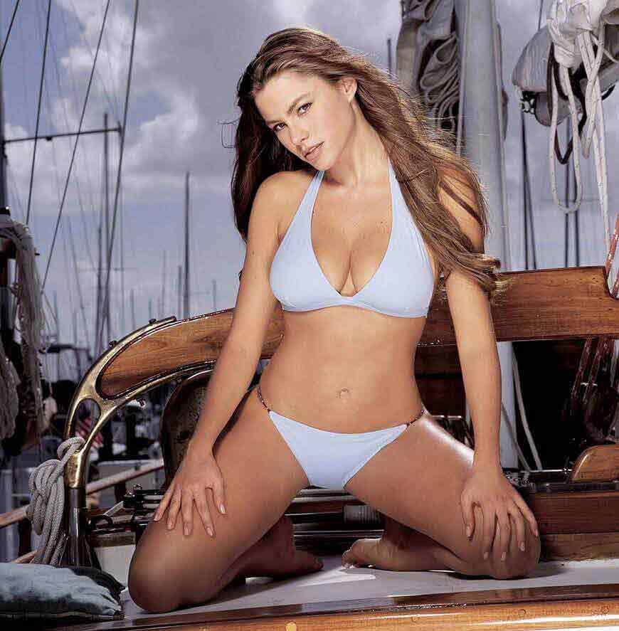 sofia-vergara-flaunting-her-assets-in-bikini