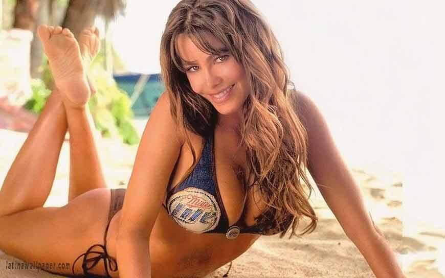 beautiful-Sofia-Vergara-bikini-photos-showing-her-deep-cleavage-in-bikini