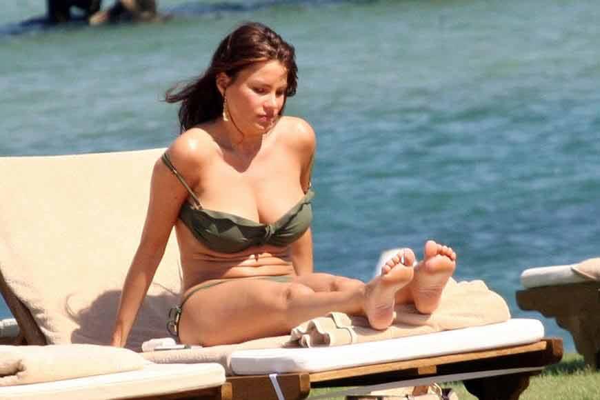 Sofia-Vergara-relaxing-on-beach-in-bikini