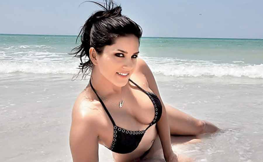 heavy-deep-cleavage-pictures-of-sunny-leone