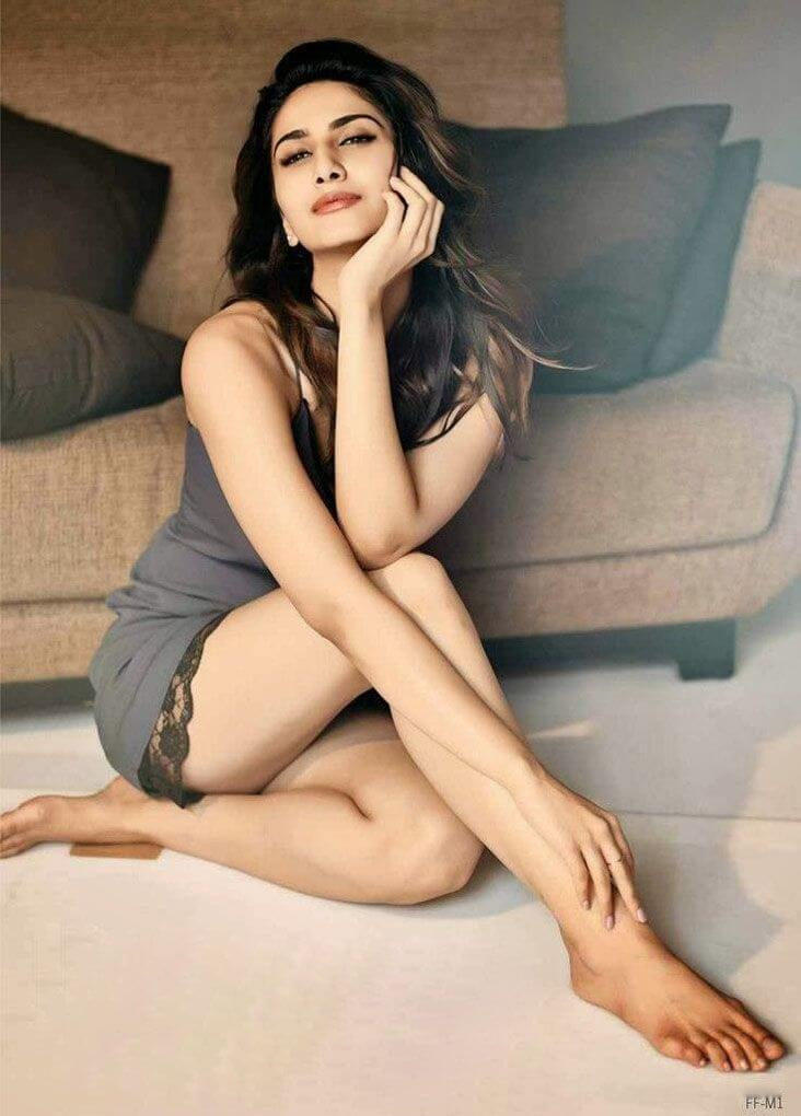 vaani kapoor sexy thighs and longs legs