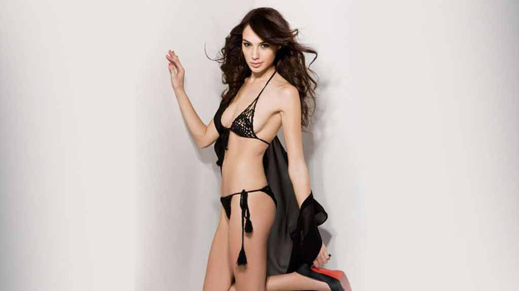 Gal-Gadot-black-two-piece-bikini-photoshoot-looking-amazing