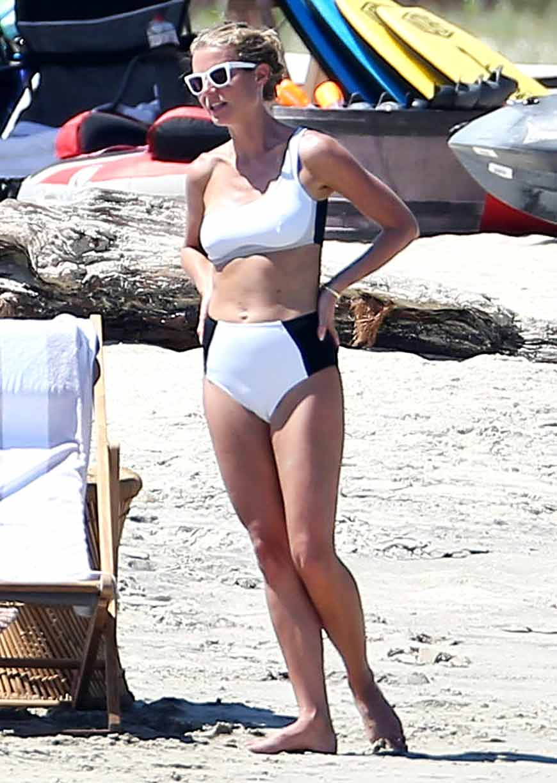 gwyneth-paltrow-hot-images-on-beach-in-bikini