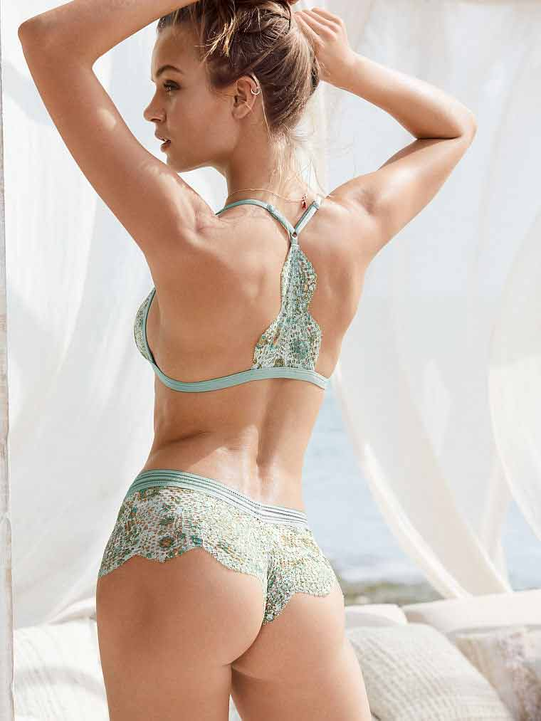 josephine-skriver-showing-her-curvy-butt-in-bikini
