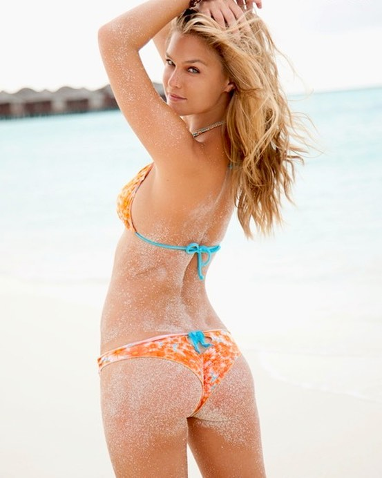 Bar Refaeli's Sexy Booty Pictures in Bikini