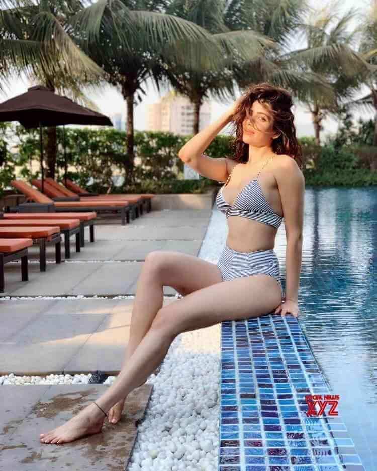 Actress-Karishma-Tanna-How-Swimsuit-Stills-on-swimming-pool