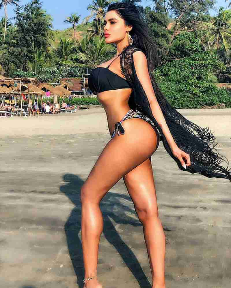 gizele-thakral-shows-off-her-sexy-curvy-booty-body-on-beach