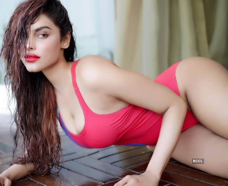 gizele-thakral-deep-cleavage-and-ass-images-in-bikini
