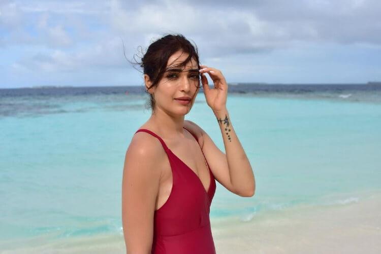 sexy bikini pictures of karishma tanna hot cleavage pics