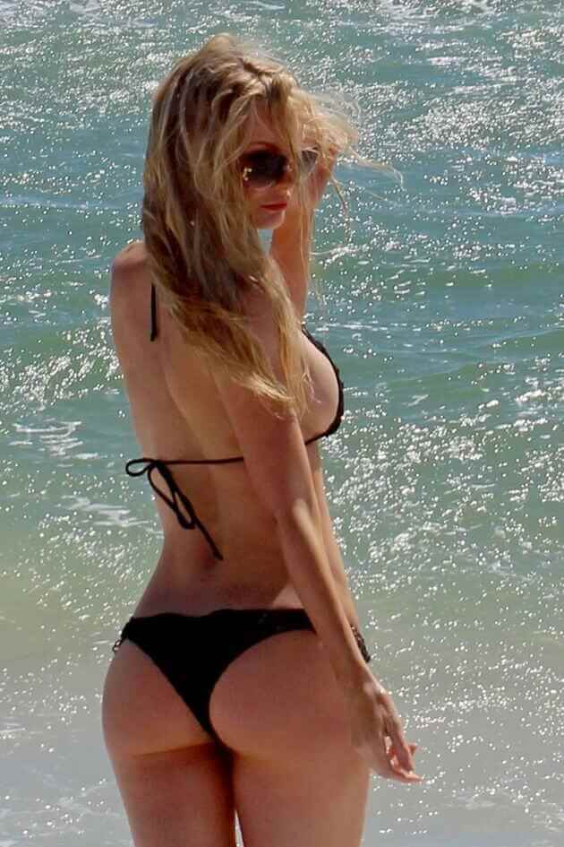 hollywood actress sophie turner sexy ass shown in black bikini