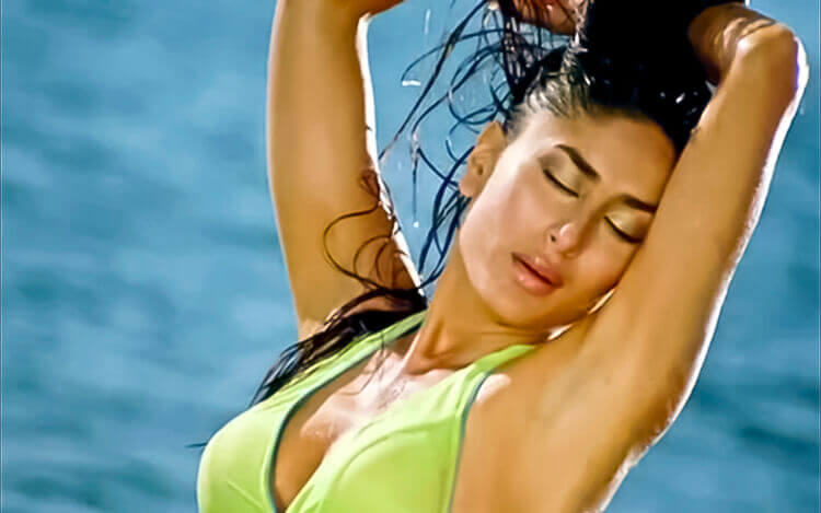 kareena-kapoor-showing-her-sexy-curves-and-boobs-in-green-bikini