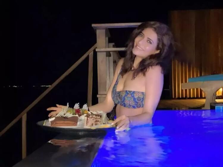 karishma-tanna-swimming-in-pool-in-bikini-enjoying-her-food