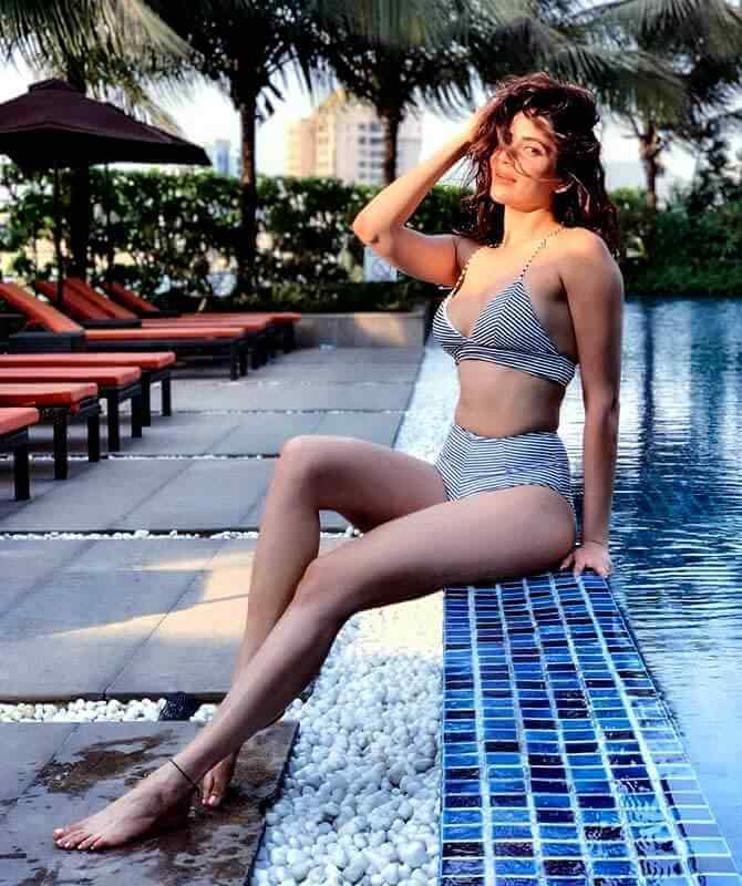 television actress karishma tanna hot boobs cleavage pictures in striped bikini
