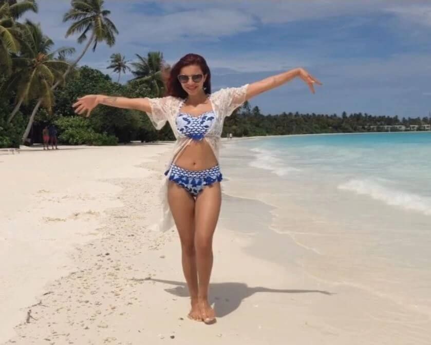 Aashka-goradia-Puts-Her-Fit-Bikini-Body-on-Display-on-Vacation