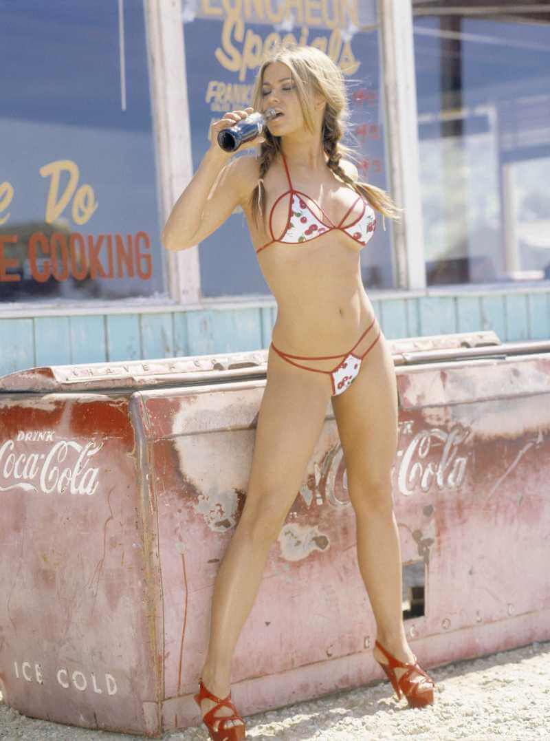 Beautiful-sexy-actress-carmen-electra-bikini-pictures