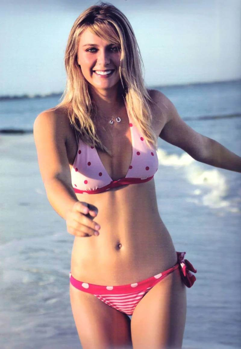Hottest-Bikini-Pictures-of-Tennis-star-Maria-Sharapova-with-cute-smile