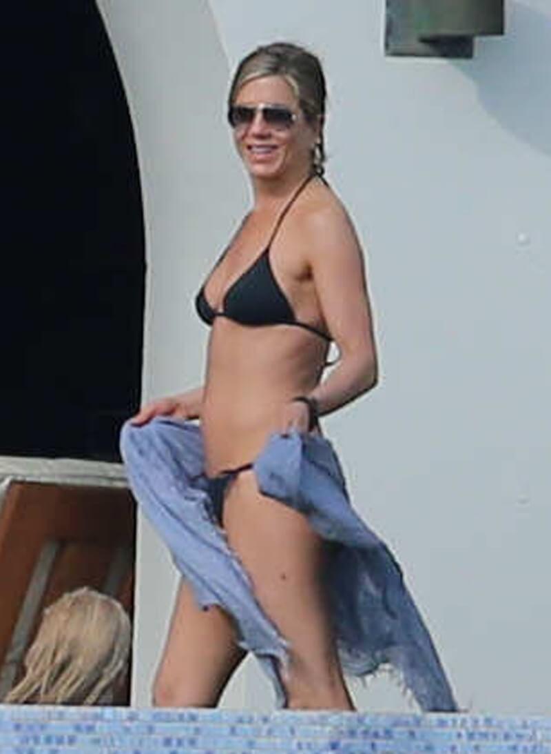 Jennifer-Aniston-bathing-suit-photos-enjoying-in-bikini-at-beach