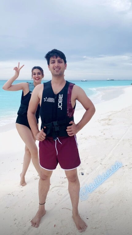Kriti-Sanons-Holiday-to-Maldives-2019-with-her-makeup-artist-Adrian