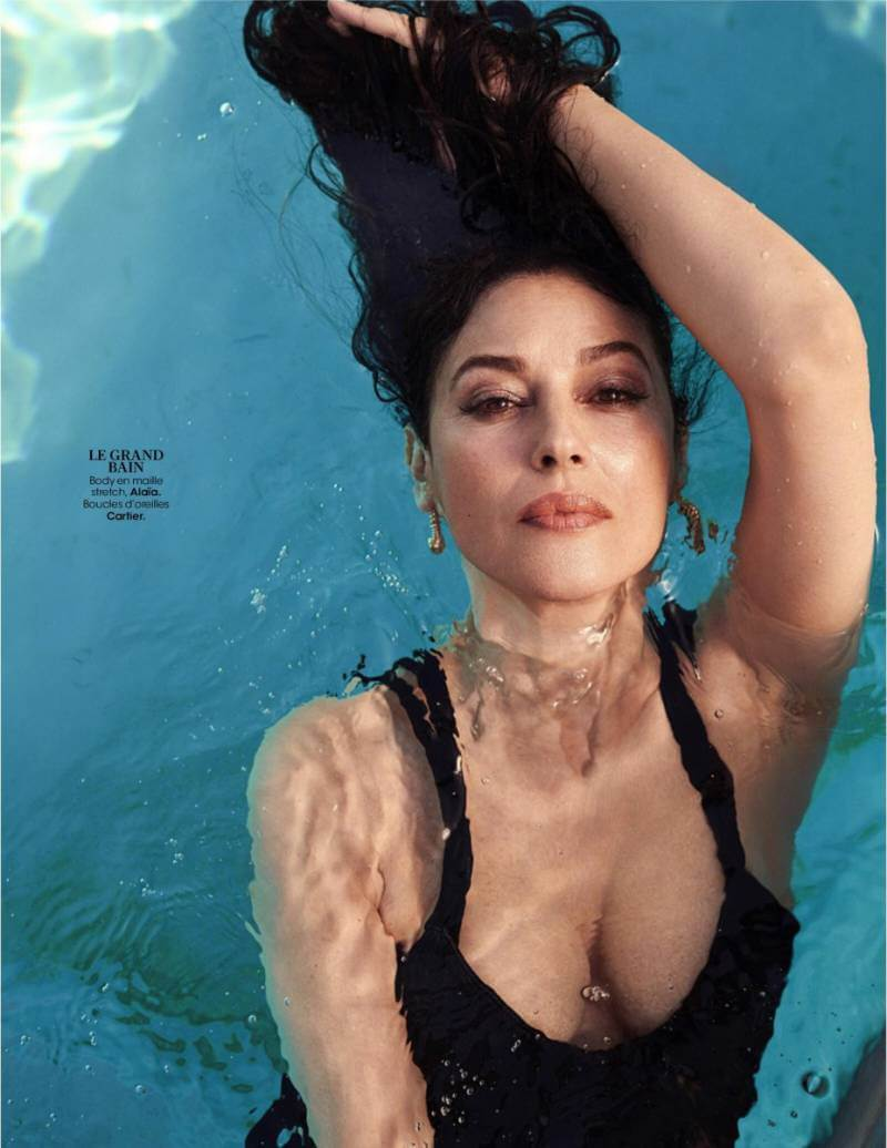 Monica-Bellucci-cleavage-boobs-show-photos-while-swimming