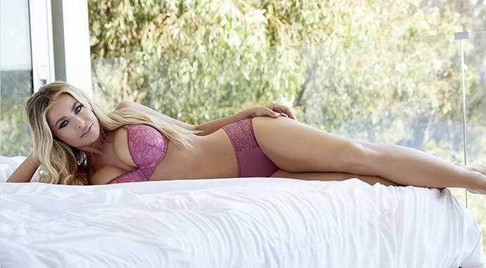 Sexy-carmen-electra-bikini-images-on-bed